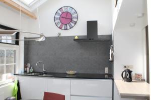 A kitchen or kitchenette at Huisje Zeertevree