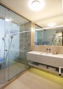 A bathroom at Ensana Thermal Margaret Island