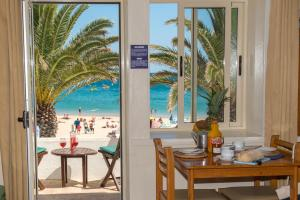 A restaurant or other place to eat at Luz Beach Apartments