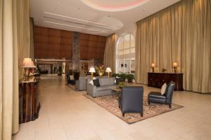 A seating area at Hilton Indianapolis Hotel & Suites