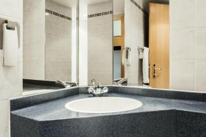 A bathroom at ibis Wellingborough