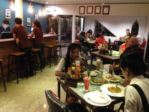 A restaurant or other place to eat at Ruean Thai Hotel