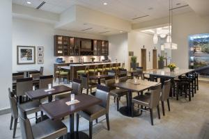 A restaurant or other place to eat at Hilton Garden Inn Chicago Downtown Riverwalk