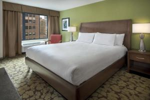 A bed or beds in a room at Hilton Garden Inn Chicago Downtown Riverwalk