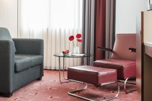 A seating area at AZIMUT Hotel Cologne