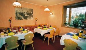 Ein Restaurant oder anderes Speiselokal in der Unterkunft Hotel Zum Schneekopf