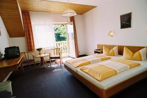 Ein Bett oder Betten in einem Zimmer der Unterkunft Hotel Zum Schneekopf