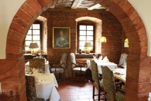 Ein Restaurant oder anderes Speiselokal in der Unterkunft Landhotel der Schafhof Amorbach