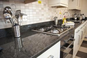 A kitchen or kitchenette at Harbourside Apartments