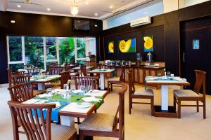 A restaurant or other place to eat at Quality Inn Ocean Palms Goa