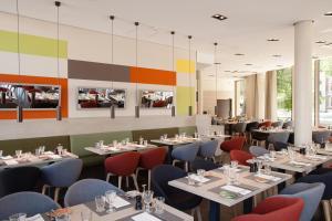 Een restaurant of ander eetgelegenheid bij Vienna House Easy Osnabrück