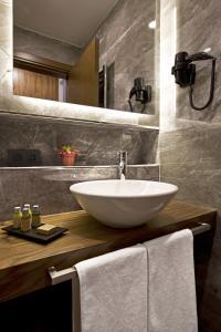 A bathroom at Snog Rooms & Suites