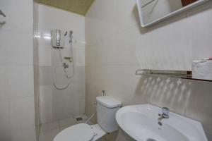 A bathroom at Happy Guesthouse