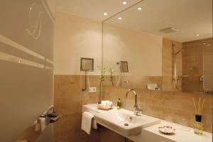 A bathroom at Hotel Deimann