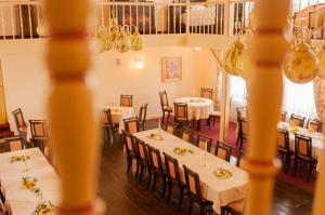 Ein Restaurant oder anderes Speiselokal in der Unterkunft Gasthaus Weingut Stahl