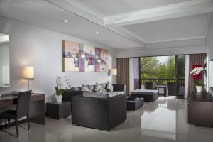A seating area at Prime Plaza Suites Sanur – Bali