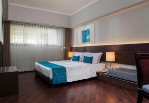 A bed or beds in a room at Prime Plaza Suites Sanur – Bali
