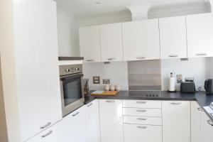 A kitchen or kitchenette at Red Leaf Apartments