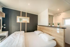 Een bed of bedden in een kamer bij Holiday Village Knokke