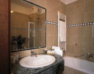 A bathroom at Hotel De La Ville