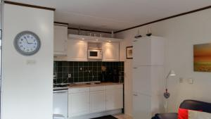 A kitchen or kitchenette at VUURTOREN Bed by the Sea