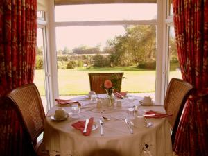 A restaurant or other place to eat at Riversdale Bed & Breakfast