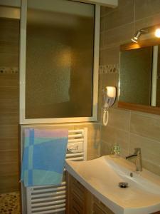 A bathroom at Gîtes de La Palombière
