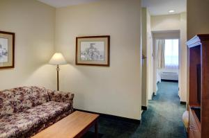 A seating area at Lakeview Inns & Suites - Okotoks