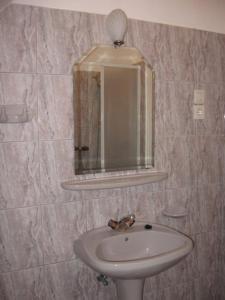 A bathroom at Mika Vendégház