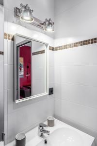 A bathroom at Le 84 Sainte-Cath'