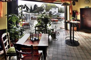 Ein Restaurant oder anderes Speiselokal in der Unterkunft Hotel Am Markt