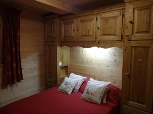 A bed or beds in a room at Le Flocon des Aravis