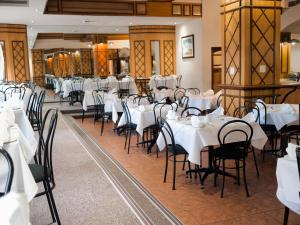 A restaurant or other place to eat at Albany Hotel