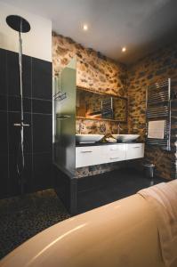 A bathroom at Hotel Logis - Chateau de Beauregard