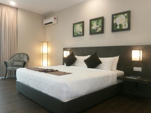A bed or beds in a room at Samalaju Resort Hotel