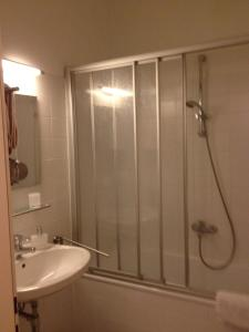 A bathroom at Stadtnest Apartments