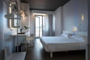 A bed or beds in a room at Hotel Londra - Firenze