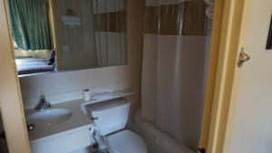 A bathroom at Flushing Motel