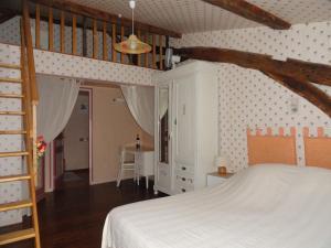 A bed or beds in a room at B&B La Ferme Aux Fleurs