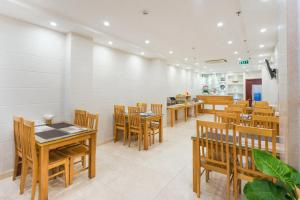 A restaurant or other place to eat at Thien Hai Hotel