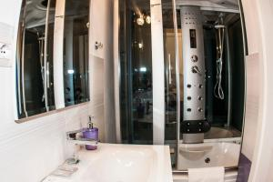 A bathroom at Gio' Suites