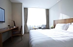 Кровать или кровати в номере LOTTE City Hotel Myeongdong