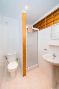 Een badkamer bij Apartamentos Strelitzias