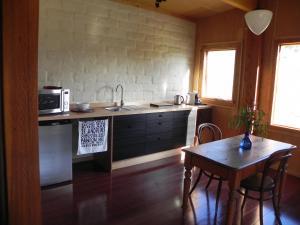 A kitchen or kitchenette at Queenstown Retreat B&B