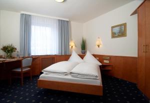 Ein Bett oder Betten in einem Zimmer der Unterkunft Hotel Württemberger Hof