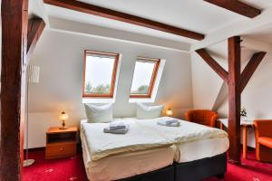 A bed or beds in a room at Hotel & Pension Villa Camenz