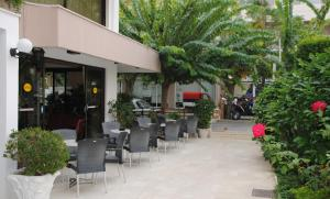 A restaurant or other place to eat at Yiorgos Hotel