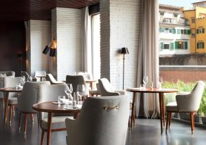 A restaurant or other place to eat at Portrait Firenze - Lungarno Collection