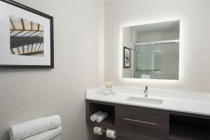 Ванная комната в Holiday Inn Cleveland Clinic