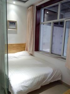 Кровать или кровати в номере Cherry Business Hotel